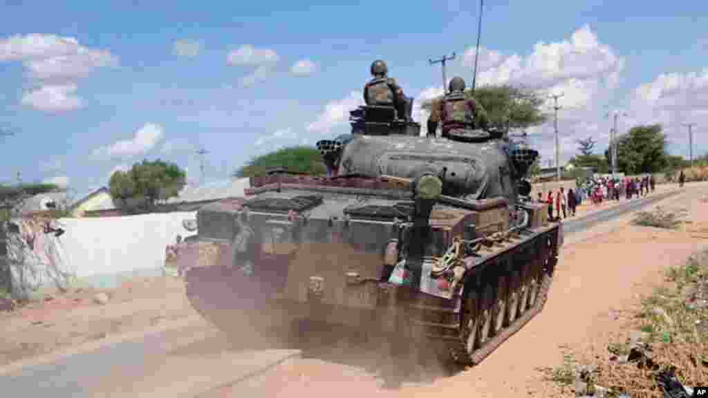 Un char de l'armée kenyane prend position à l'extérieur de l'université de Garissa attaque par les Shabaabs, jeudi 2 mars 2015.