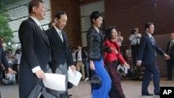 Menteri Pertanian, Kehutanan dan Perikanan Jepang, Koya Nishikawa (dua dari kiri), mengundurkan diri dari jabatannya, Senin (23/2).