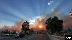 Ánh sáng mặt trời đang lên chiếu xuyên qua khói từ đám cháy rừng gần phòng thí nghiệm hạt nhân Los Alamos