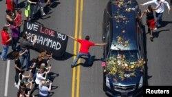 Se estima que unas 100.000 personas acompañaron el cortejo fúnebre de Muhammad Ali en su recorrido por las calles de Louisville, Kentucky hasta el coliseo de la ciudad donde se realiza su funeral.