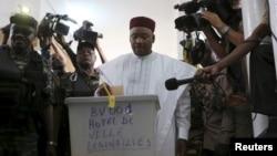 ຜູ້ດຳລົງຕຳແໜ່ງປະທານາທິບໍດີຂອງປະເທດ Niger ທ່ານ Mahamadou Issoufo ປ່ອນບັດທີ່ສູນເລືອກຕັ້ງໃນລະຫວ່າງ ການເລືອກຕັ້ງປະທານາທິບໍດີ ແລະ ສະພານິຕິບັນຍັດ ຂອງປະ ເທດ ໃນນະຄອນຫຼວງ Niamey, 21 ກຸມພາ, 2016.