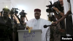 Tổng thống đương nhiệm Niger Mahamadou Issoufou đi bỏ phiếu tại Niamey, ngày 21/2/2016.