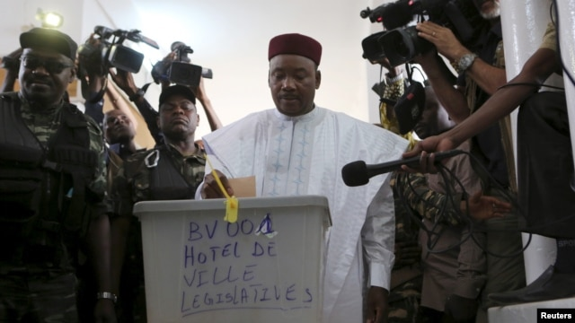 Niger's incumbent President Mahamadou Issoufou votes at a polling station during the country's presidential and legislative elections in Niamey, Feb. 21, 2016.