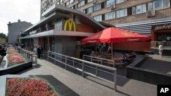 미국 외식업체 '맥도날드'가 러시아 당국으로부터 한시적인 폐쇄 명령을 받았다. 사진은 1990년 모스크바에 개장한 러시아 최초의 맥도날드 지점.