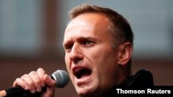 Ruskom opoziconom lideru Alekseju Navalnom je u medicinski indukovanoj komi u bolnici u Berlinu, ali lekari kažu da nije životno ugrožen.