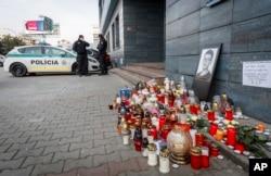Policija pred prostorijama Aktualitia – Internet medija za koji je radio ubijeni istraživački novinar Jan Kuciak; Bratislava, Slovačka, 27. februar 2018.