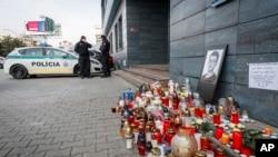 Polisi menjaga pintu masuk kantor berita situs Aktuality.sk, kantor Jan Kuciak, jurnalis investigasi yang tewas dibunuh, di Bratislava, Slovakia, 27 Februari 2018.