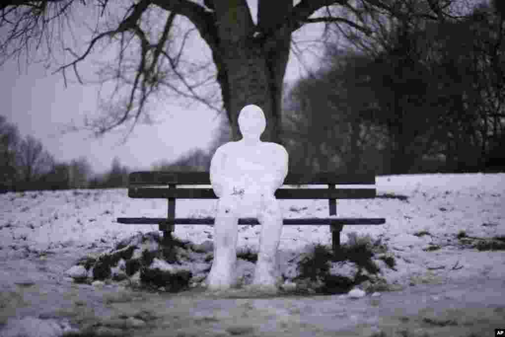 1月22日。伦敦。公园内的雪人。(美联社)