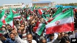 Hình ảnh trên trang web của Tổng thống Iran Mahmoud Ahmadinejad cho thấy dân chúng vẫy cờ ủng hộ khi ông tới thăm hòn đảo Abu Musa ngày 11/4/2012