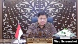 Menko Perekonomian Airlangga Hartarto mengatakan pemerintah akan terus menggenjot vaksinasi covid-19 di luar Jawa dan Bali yang masih banyak berada dalam level di bawah 50 persen. (VOA)