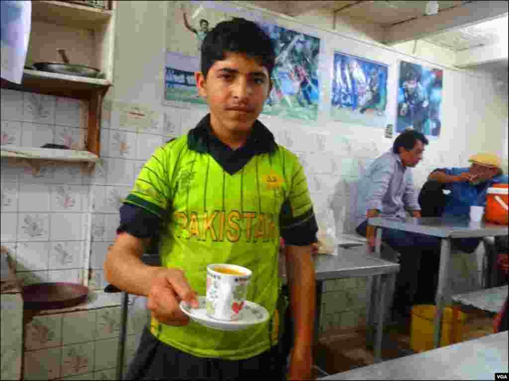 کراچی کے اس ہوٹل پرگاہک سب سے زیادہ ٹک ٹک چائے ، بوم بوم دودھ پتی کی ڈیمانڈ کررہے ہیں
