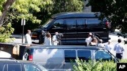 民主党总统候选人希拉里·克林顿在听取她的首次国安机密情报汇报后乘坐汽车离开纽约郊区白原市联邦调查局的一处办公地点。 (2016年8月27日)