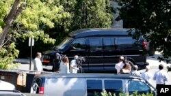 Хиллари Клинтон покидает федеральное учреждение, в котором проходил инструктаж