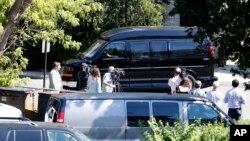 Para wartawan bersiap dengan peralatan mereka saat mobil van yang membawa kandidat capres dari Partai Demokrat, Hillary Clinton meninggalkan fasilitas FBI di White Plains, New York, seusai menerima pengarahan rahasia (27/8).