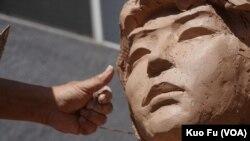 民主女神像的脸庞(美国之音国符拍摄)