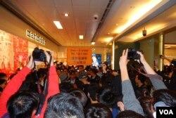 今年2月中「捍衛沙田」反水貨客行動,有示威者一度衝擊店舖,警員高舉警告標語並噴射胡椒噴霧驅趕示威者。(美國之音湯惠芸)