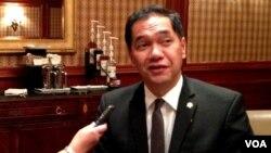 Menteri Perdagangan Gita Wirjawan dalam wawancara dengan VOA di Washington DC Jumat (31/5). (VOA/Eva Mazrieva)