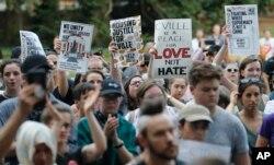 صدها نفر در شارلوتزویل در ویرجینیا یاد قربانی کشته شده در تجمع سال گذشته را گرامی داشتند.