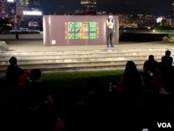 全港8-05反送中三罷金鐘添馬公園集會,晚上接近9時仍有數百市民著黑衫參與和平集會。(美國之音湯惠芸攝)