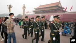 中国武警在天安门前列队走过。(2014年10月11日)