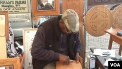"""Adiante Franszoon, quien vende artesanías talladas en madera, dice que nada ha cambiado y que """"este sábado nada tiene de diferente""""."""