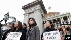 麻萨诸塞州亚裔美国人委员会成员在2020年3月12日公开抗议谴责他们所说的种族主义、散布恐惧和在新冠病毒流行中针对亚裔社区的错误信息。