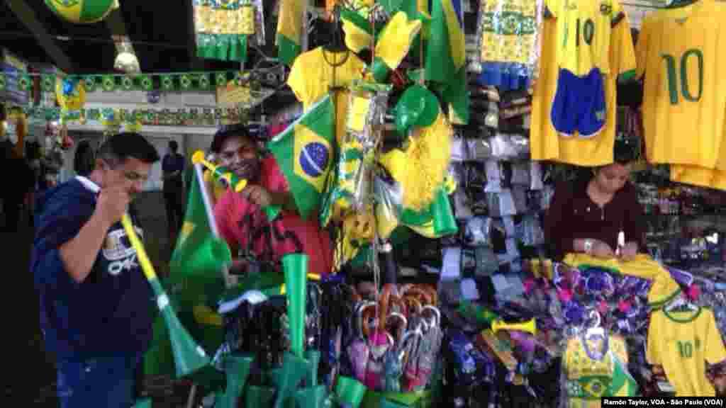 2014 브라질 월드컵 개막을 앞둔 11일 상파울로의 거리에서 상인들이 월드컵 기념품과 응원 도구를 팔고 있다.
