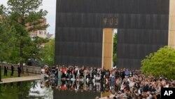 Oko tisuću ljudi okupilo se na svečanosti obilježavanja 20. godišnjice bombaškog napada u Oklahoma Cityju,19. aprila 2015.