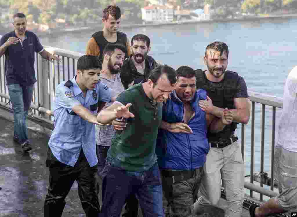 ប្រជាជនចាប់ខ្លួនយោធាតួកគីម្នាក់ដែលបានចូលរួមក្នុងការធ្វើរដ្ឋប្រហារមិនបានសម្រេច នៅលើស្ពាន Bosporus Bridge នៃទីក្រុងIstanbul ថ្ងៃទី១៦ ខែកក្កដា ឆ្នាំ២០១៦។