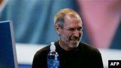 """Stiv Džobs na Eplovoj konvenciji u San Francisku 2006. godine, na kojoj je predstavljen operativni sistem """"Leopard"""". (AP Foto/Paul Sakuma)"""