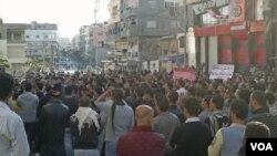 Para demonstran anti-pemerintah melakukan unjuk rasa di kota pelabuhan Banias (26/4).