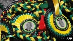 Hình của cựu Tổng thống Nam Phi Nelson Mandela được bán tại lễ hội an mừng 100 năm thành lập Đảng Nghị hội Toàn quốc ANC tại thành phố Bloemfontein
