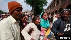 17일 파키스탄 라호르 시에서 교회 폭탄테러 희생자들의 장례식이 열린 가운데 기독교인들이 희생자들을 애도하고 있다. 지난해 12월 이후 파키스탄 정부는 테러범들을 엄단하기 위해 사형제를 부활시켰다.