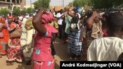 Les fonctionnaires tchadiens revendiquant leurs salaires coupés dans la rue de N'Djamena, le 30 mai 2018. (VOA/André Kodmadjingar)