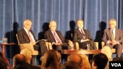 윌리엄 페리 전 미국 국방장관이 11일 워싱턴에서 전 미국 국방장관 4명을 초대해 열린 미-중 관계 세미나에 화상으로 참석했다. 사진은 세미나에 참석한 헤럴드 브라운(왼쪽 두번째), 윌리엄 코언(오른쪽 두번째), 척 헤이글 전 미 국방장관(오른쪽).