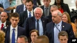 Senator Bernie Sanders (tengah) dan tim kampanyenya setelah bertemu Hillary Clinton di hotel Capitol Hilton di Washington, Selasa (14/6).