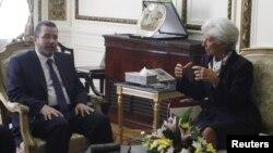 國際貨幣基金組織總裁拉加德(右) 在開羅會見埃及總理甘迪勒(左)