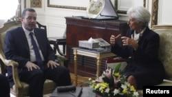 22일 이집트 카이로에서 헤샴 칸딜 총리(왼쪽)와 면담하는 크리스틴 라가르드 IMF 총재.
