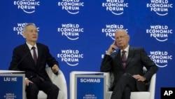 中共政治局委員劉鶴在瑞士達沃斯世界經濟論壇年度會議上講話,論壇創始人施瓦佈在旁聆聽。(2018年1月24日)