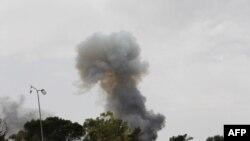 Khói bốc lên sau một vụ pháo kích ở phía tây Libya