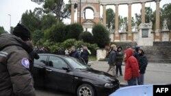 Mobil tersangka penembakan yang melukai beberapa warga asing, disita oleh polisi dan penegak Carabibieri di Macerata, 3 Februari 2018.