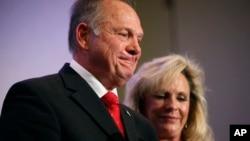 阿拉巴马州共和党联邦参议员候选人罗伊·莫尔在妻子凯拉陪伴下在伯明翰举行记者会。(2017年11月16日)