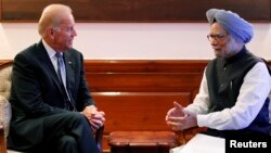 Wapres AS Joe Biden (kiri) bertemu dengan PM India Manmohan Singh di New Delhi hari Selasa (23/7).