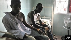 Mutane da suka sami raunuka suke karbar jinya a wani Asiniti dake unuguwar Treichville dake birnin Abidjan.