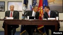 اوباما در جلسه مشاوران امنیت ملی که در کنار او وزیر دفاع و معاون اول حضور دارند.