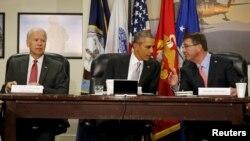 Tổng thống Mỹ Barack Obama chủ trì cuộc họp Hội đồng An ninh Quốc gia về chiến dịch chống Nhà nước Hồi giáo cùng với Phó Tổng thống Mỹ Joe Biden và Bộ trưởng Quốc phòng Ash Carter tại Lầu Năm Góc ở Washington, ngày 14/12/2015.