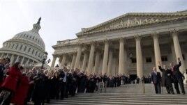 Članovi novog sastava američkog Kongresa poziraju za tradicionalnu grupnu fotografiju na stepenicama Kapitol hila, u Vašingtonu