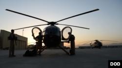 阿富汗空军飞行员在进行飞行前的检查