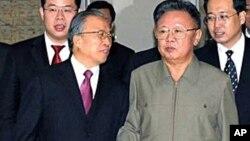 中国国务委员戴秉国(左)同朝鲜领导人金正日(右)会面