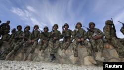 Hiện nay, quân đội Afghanistan có khoảng 184.000 binh sĩ. Lực lượng cảnh sát khoảng 146.000 người.
